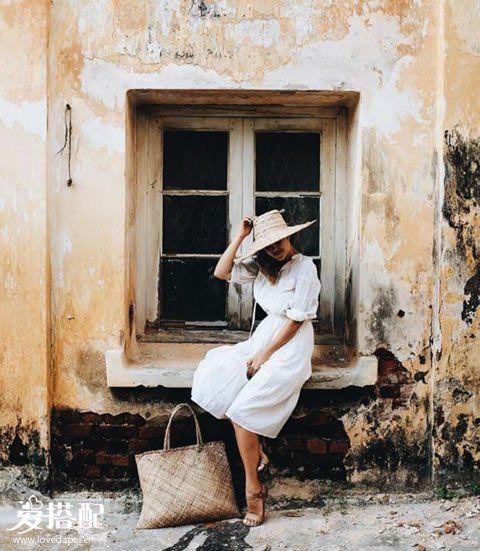 白色裤裙+白衬衫+草编大手袋