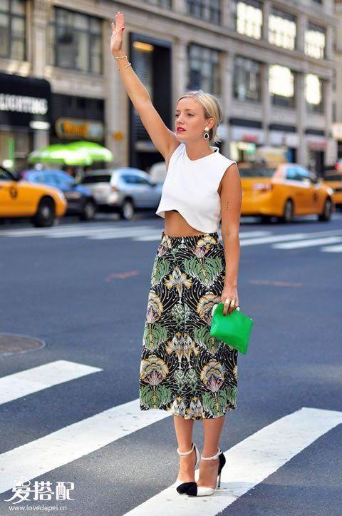 白色Crop Top+热带印花迷笛裙+黑白拼色高跟鞋