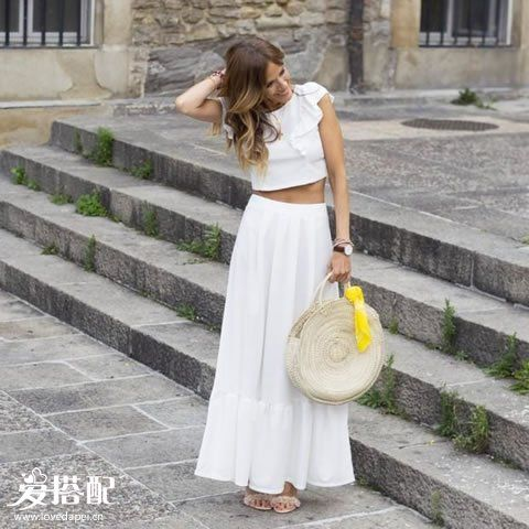 白色两件套连衣裙+草编包+黄色丝巾