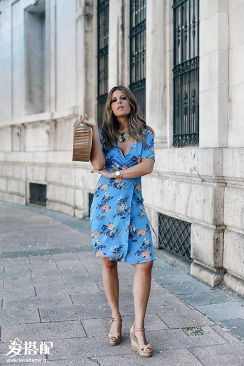 蓝色印花连衣裙+竹篮包