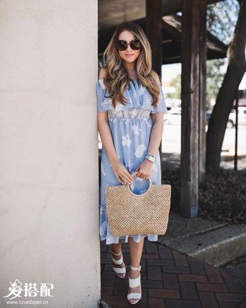 蓝色印花裙+白色凉鞋+草编包