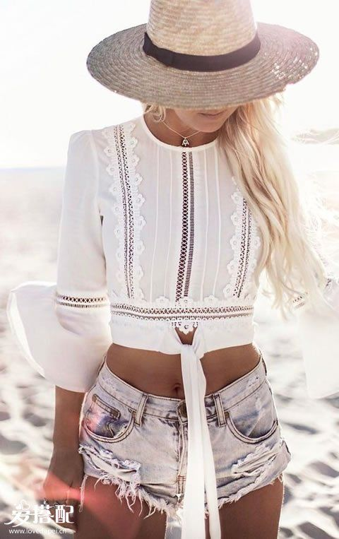 破洞牛仔短裤+白色蕾丝Crop Top