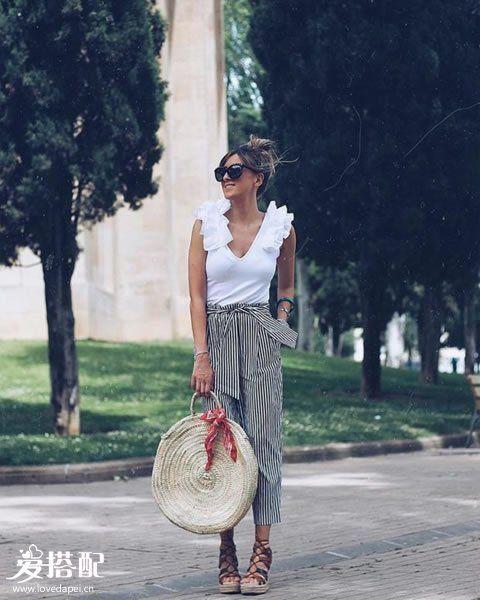 条纹阔腿裤+白色荷叶边背心+oversized草编包