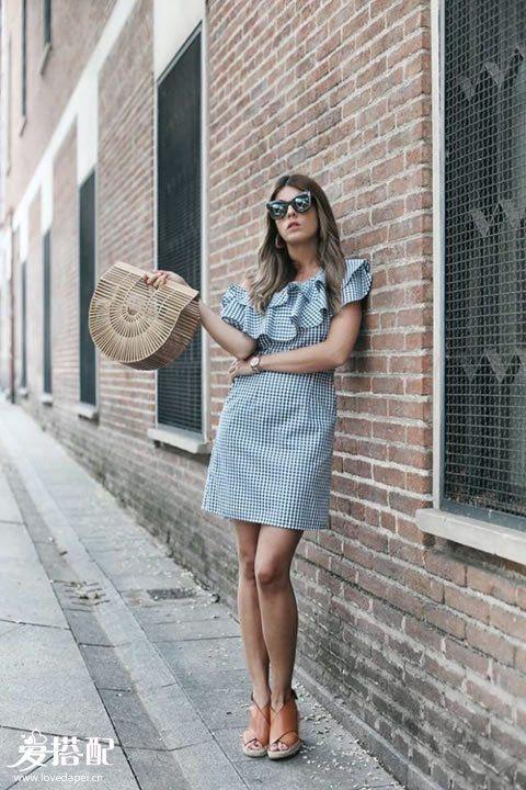 荷叶边格纹连衣裙+棕色凉鞋+竹篮包