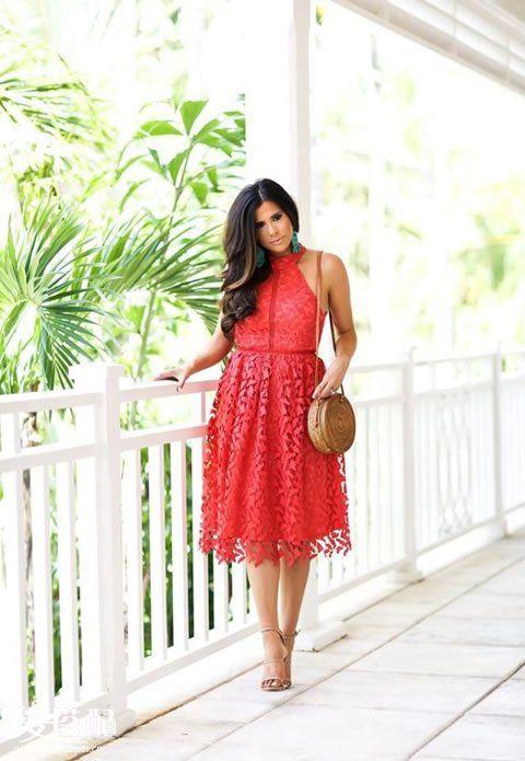 红色蕾丝连衣裙+深色草编挎包