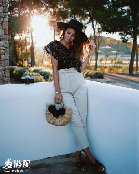 白色裤子+波点衬衫+稻草手包