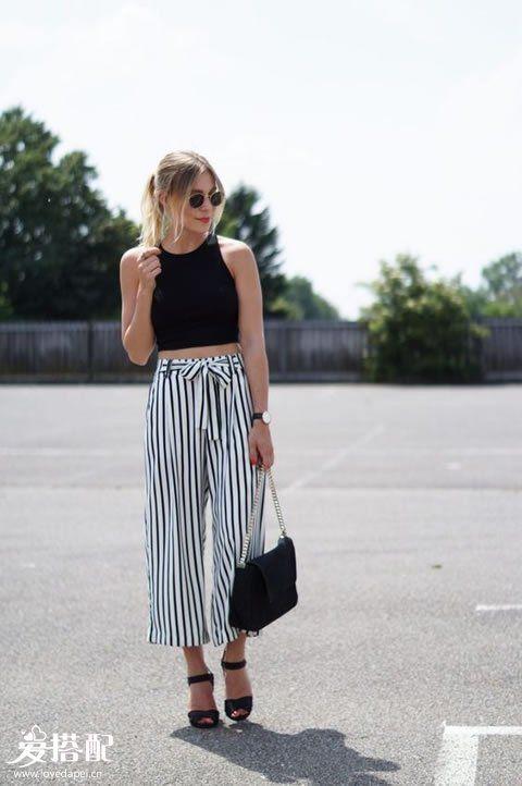黑色Crop Top背心+黑白条纹阔腿裤+黑色凉鞋