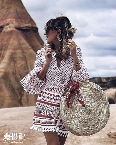波西米亚衬衫、短裙+草编包