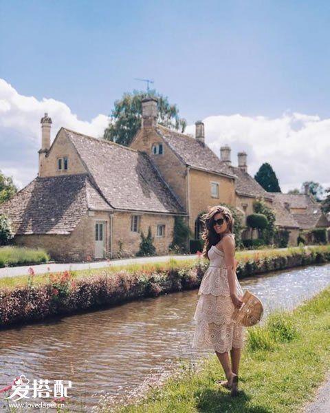 粉色蕾丝连衣裙+棕色竹篮包