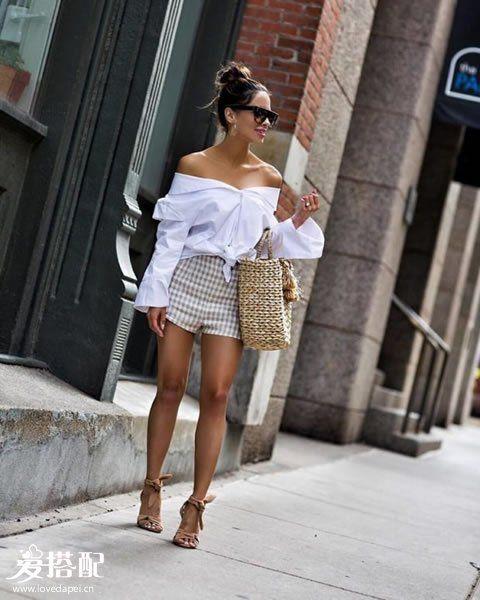 格子短裤+白色衬衫+草编大挎包