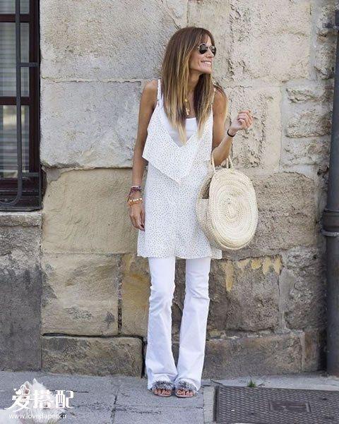 白色牛仔裤+白色背心+小波点吊带衫+草编包
