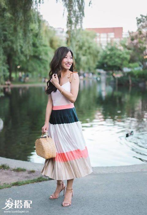 彩虹条纹连衣裙+裸色凉鞋+草编手提包